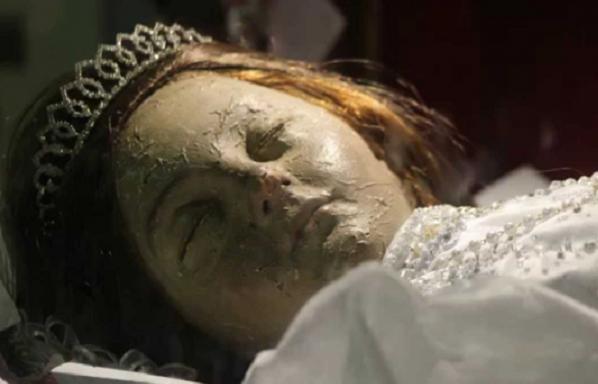 Mumiya hamını şoka saldı: Kilsədə gözlərini açdı
