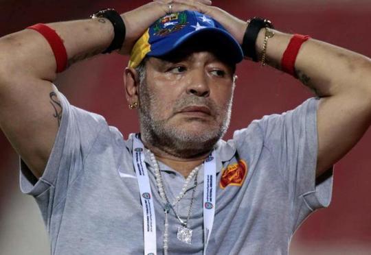 Maradona içib soyundu, rüsvay oldu
