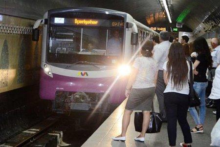 Metroda qatarların hərəkətində problem yaranıb