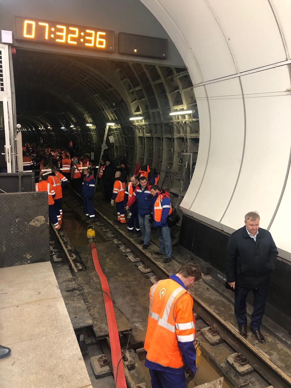 Metronun 3 stansiyasını bağladılar