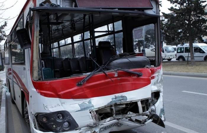Bakıda TIR-la avtobus toqquşdu