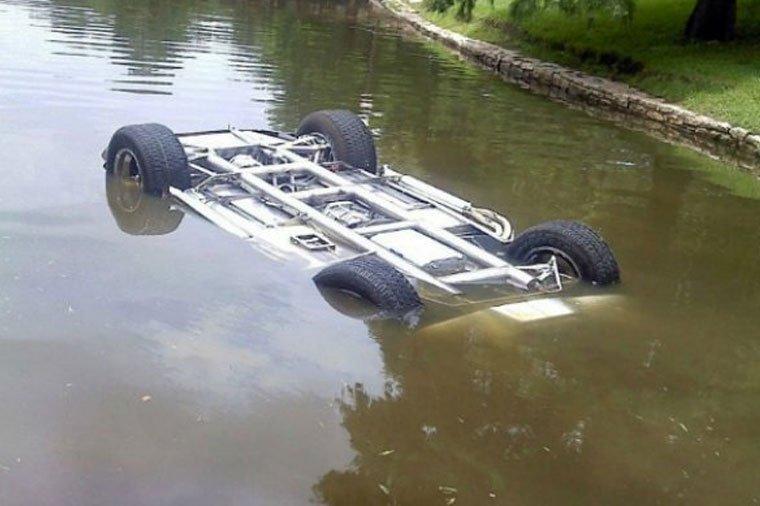 Maşın su kanalına düşdü -