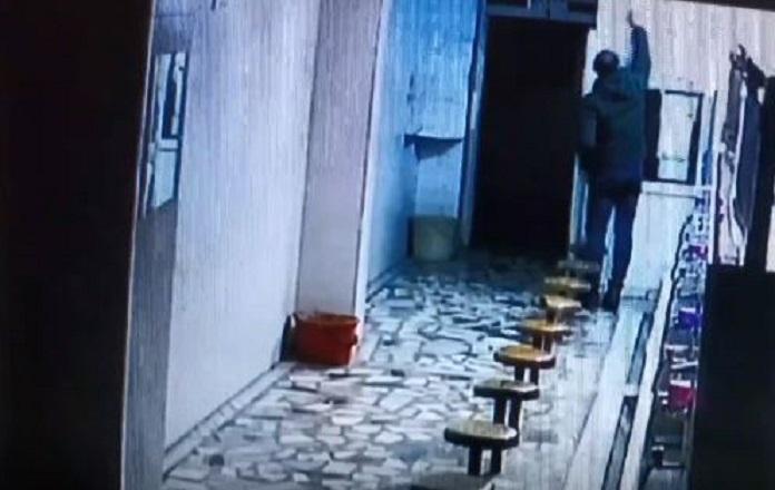 Məsciddə tərbiyəsizlik kameralara yaxalandı: Anbaan görüntülər- VİDEO