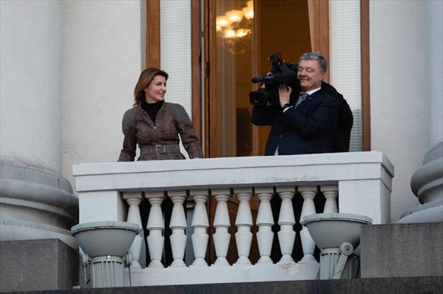 Poroşenko balkondan xalqa səsləndi - Kamera ilə meydana toplaşanları çəkdi