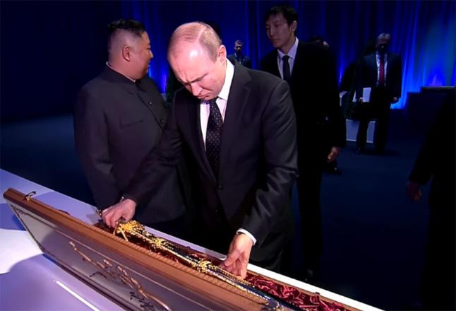 Kim Çen In Putinə qılınc hədiyyə etdi