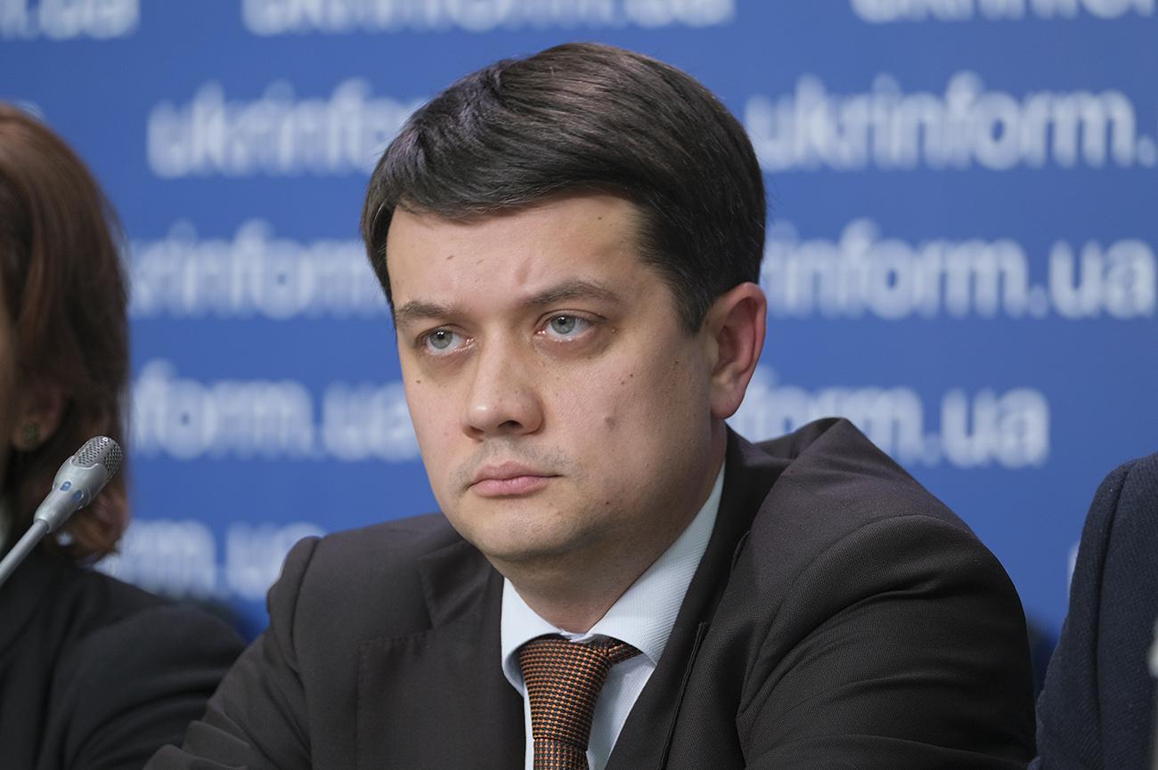 Zelenskinin partiyasının lideri Ukrayna dilində danışmaqdan imtina etdi